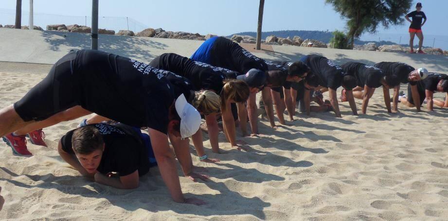 Ramper sur le sable, faire des abdos dans l'eau et sauter en extension sur la plage... préparer la Spartan race, c'est du sport ! (photos M.Sk.)
