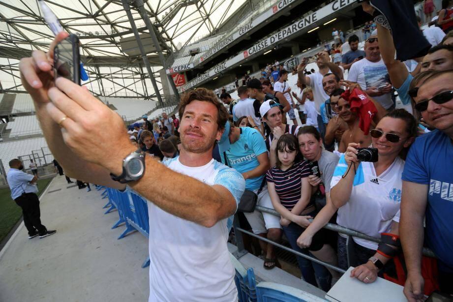 André Villas-Boas prend la pose avec les supporters olympiens, hier au stade Vélodrome.