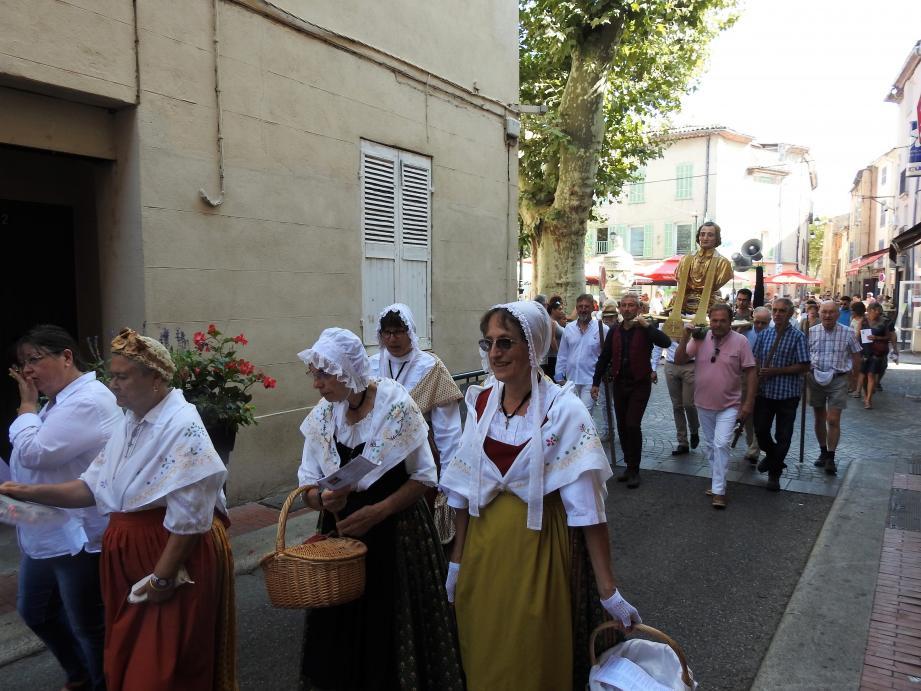 Saint Probace a été escorté par le public, massé derrière ses porteurs.