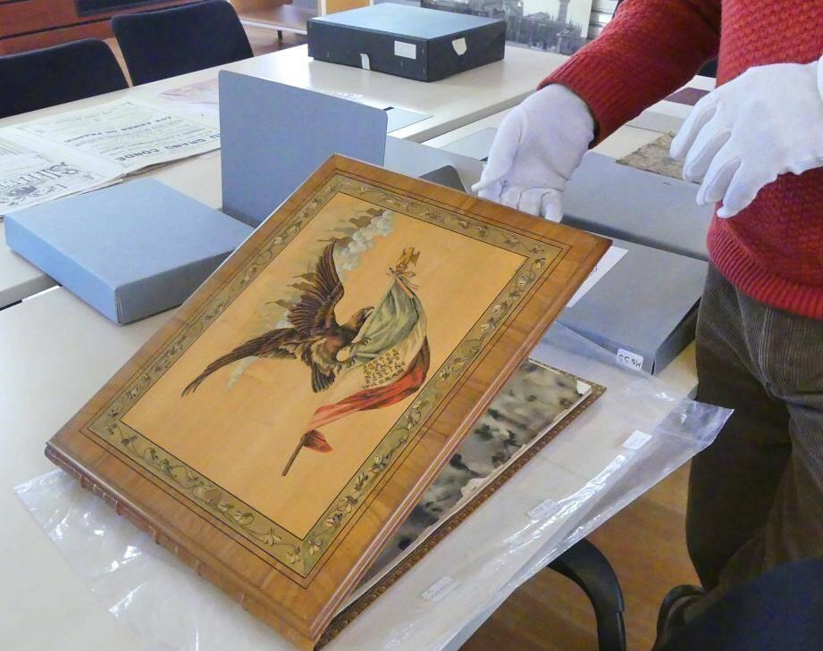 Ce livre d'or avait été édité pour le centenaire de la bataille d'Esling. Il contient des photos de Jean Giletta dont une de Victor Masséna.