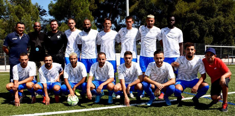 Le nouveau visage rayonnant du SO Londais en présence du coach Zec Varéla (2e à gauche) et son adjoint Didier Giraudo (à gauche).