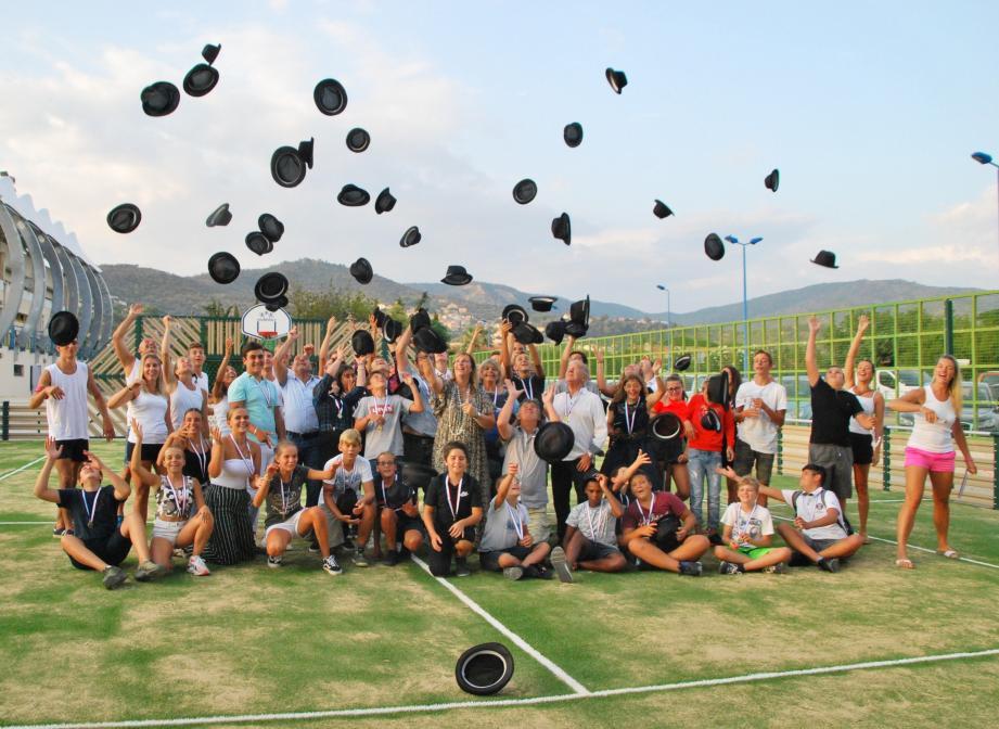 Lancer de chapeaux pour fêter les 20 ans du pass'sports jeunes.