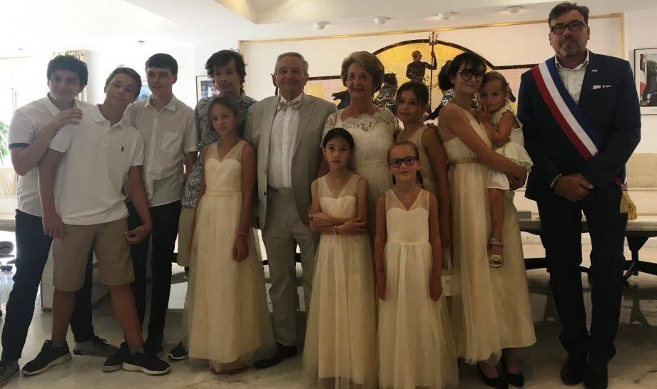 Joëlle et Michel Fayolle fêtés par le maire et tout leur famille.