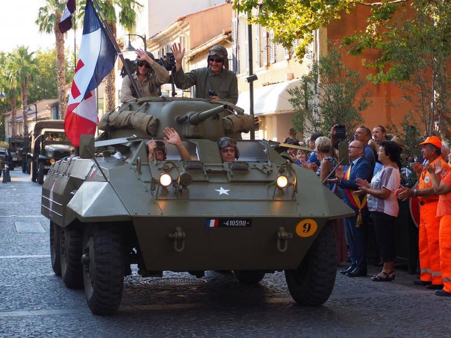 Motos, voitures, chars et tanks, passionnément entretenus, ont défilé dans les rues du centre-ville.