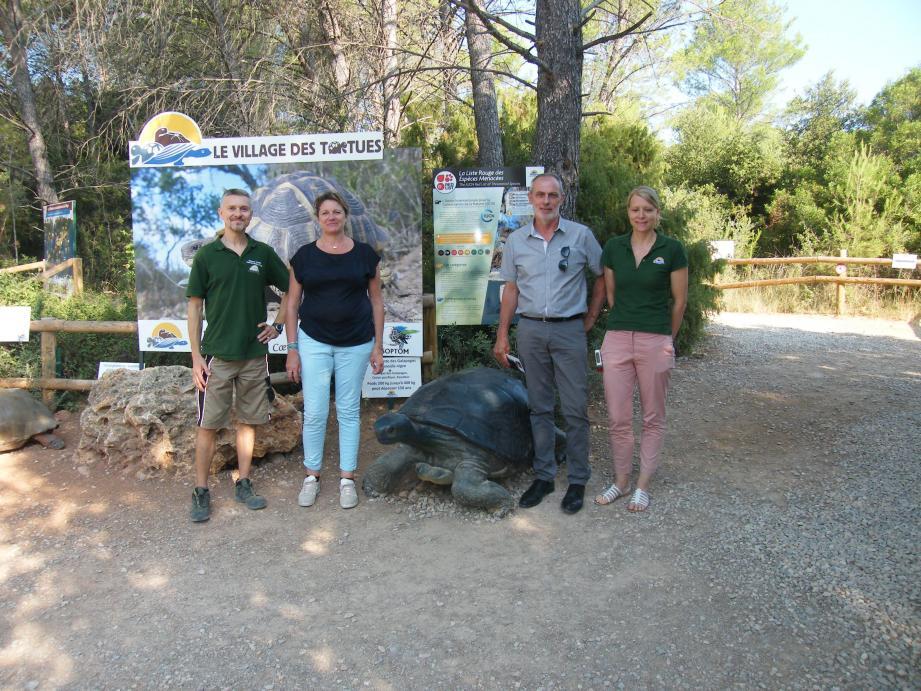 La députée, à gauche, à côté du directeur adjoint, en visite au village des tortues en présence du maire.