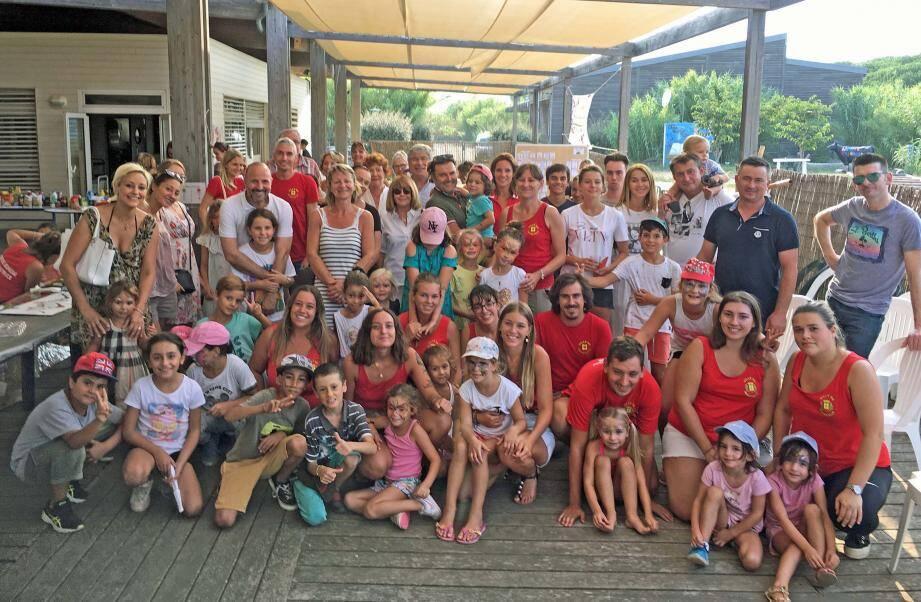 Enfants, parents, animateurs et élus rassemblés pour une photo souvenir au moment du bilan.