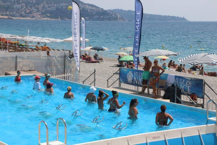 Installée sur la plage Florida, cette piscine a proposé tout l'été toutes sortes d'activités aquatiques. Photo Valentine Kagenaar