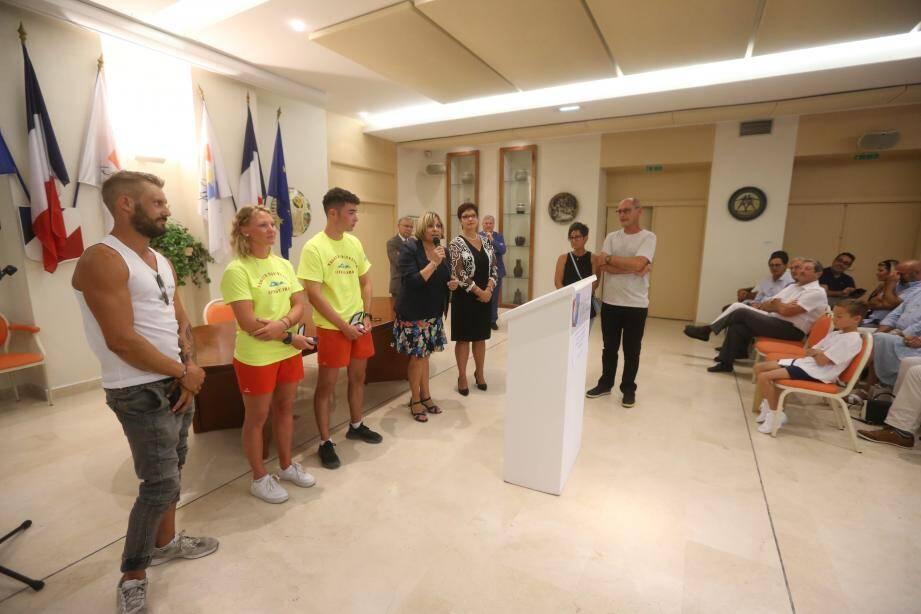 De gauche à droite, Johan, Line et pierre ont reçu la médaille de la Ville pour «action déterminante lors d'une situation de crise».