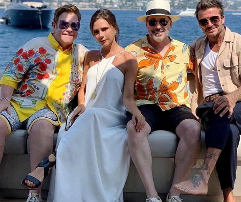 Retrouvailles au bord de la mer pour les Beckham et les John-Furnish. Les deux couples ont déjeuné aux Îles de Lérins. Photo souvenir avec David et les employés du restaurant.