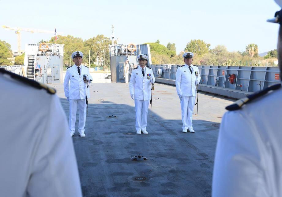 Le capitaine de frégate Antoine Goulley (au centre) a fait reconnaître, lundi, le maître principal Laurent Fournier (à gauche) nouveau commandant du chaland de transport et de servitude Gapeau. Il succède au maître principal Lionel Raynal (à droite).