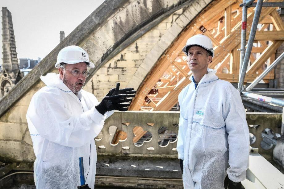 Le ministre français de la Culture Franck Riester (à droite) visite le chantier de la cathédrale Notre-Dame de Paris, le 17 juillet 2019.