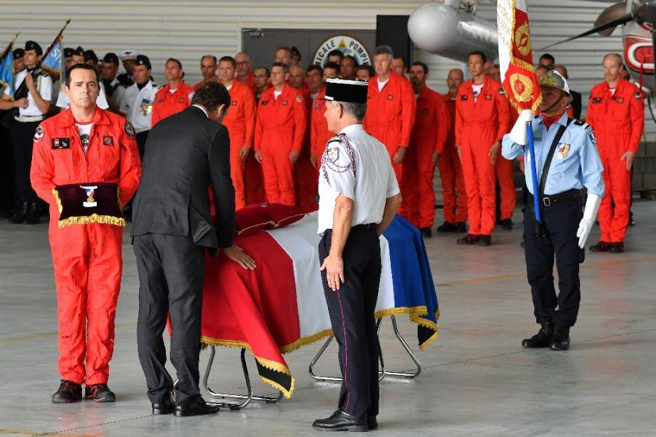 Le ministre de l'Intérieur Christophe Castaner remet la Légion d'honneur à Franck Cheneau, le 6 août 2019, à Nîmes.