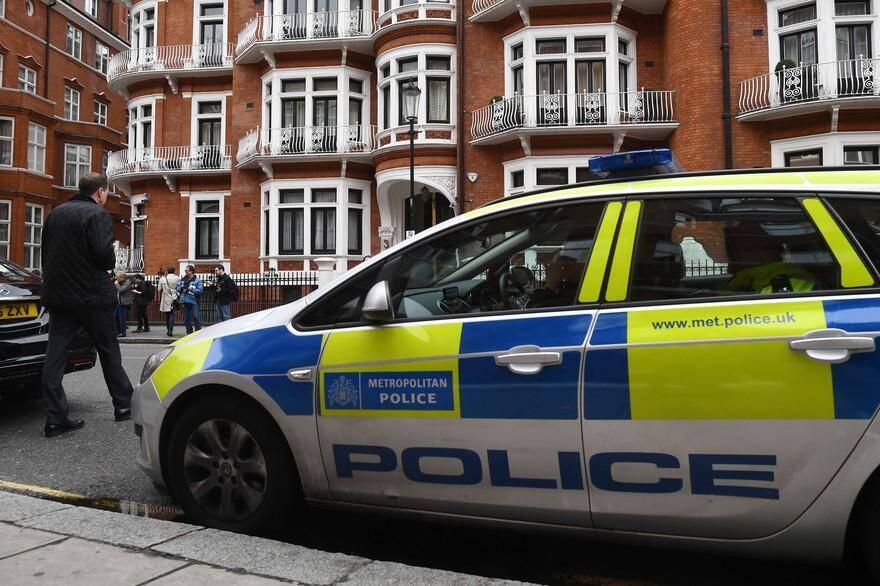 Un homme a été grièvement blessé après avoir été poignardé jeudi devant le ministère de l'Intérieur, dans le centre de Londres, a annoncé la police, qui a procédé à une arrestation.