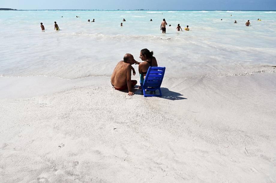"""Des vacanciers sur une """"plage blanche"""", le 31 juillet 2019 à Rosignano Solvay, en Toscane"""