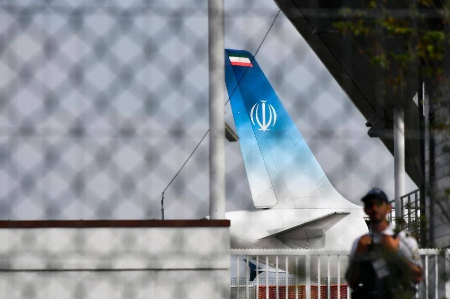 L'avion dans lequel le chef de la diplomatie iranienne Mohammad Javad Zarif est arrivé au G7 stationne le 25 août 2019 à l'aéroport de Biarritz, dans le sud-ouest de la France
