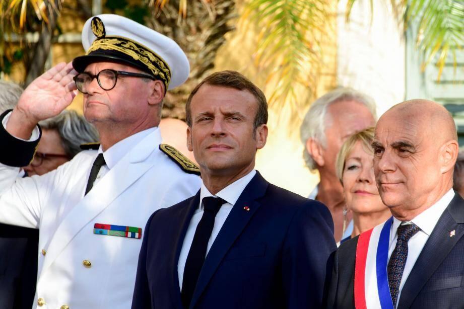 Emmanuel Macron entouré par le préfet du Var Jean-Luc Videlaine et par le maire de Bormes-les-Mimosas Fabrice Arizzi.