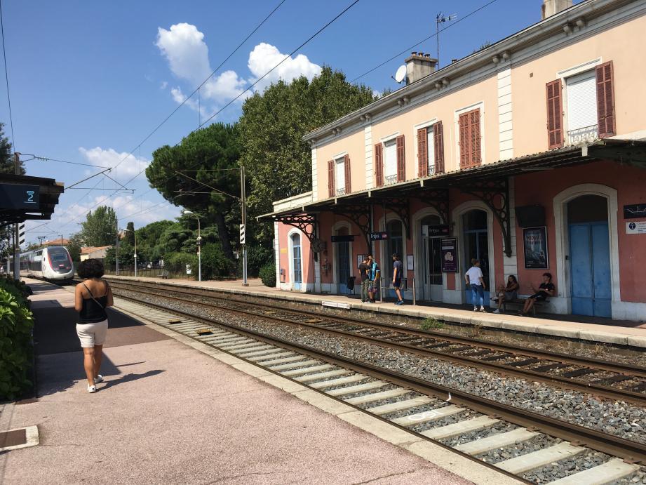 Après avoir percuté le malheureux, le TGV s'est immobilisé quelques dizaines de mètres après le quai de la gare de Fréjus.