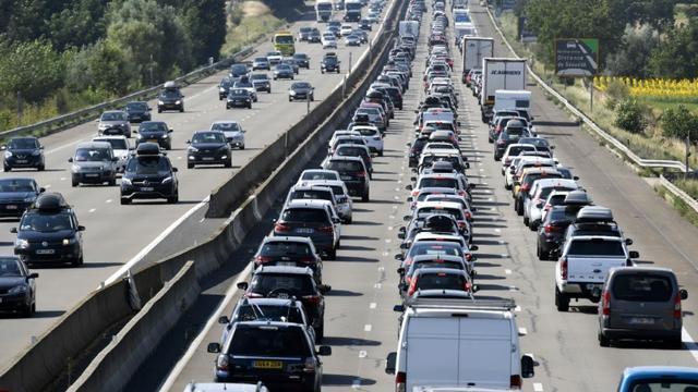 Embouteillages sur une autoroute lors des départs en vacances.