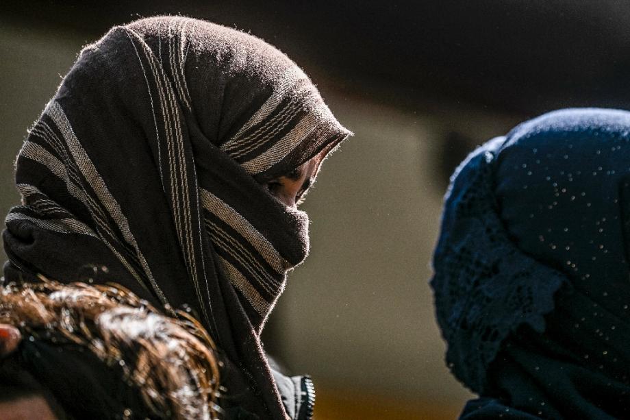 Des femmes yazidies et des enfants attendent d'être évacués vers Sinjar, en Irak, après avoir été sauvés des jihadistes du groupe Etat islamisque, le 13 avril 2019 à Sanjaq Dawud, en Syrie