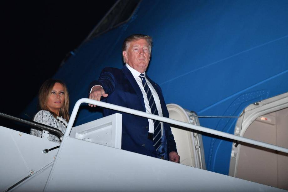 Le président américain Donald  Trump (d) et son épouse Melania s'apprêtent à s'envoler pour rejoindre le sommet du G7 en France, le 23 août 2019 à Joint Base Andrews (Maryland)
