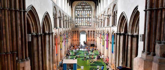 La cathédrale s'est associée à une association locale pour créer un parcours sur le thème des ponts : chaque trou est la réplique exacte d'un véritable ouvrage, comme le fameux Tower Bridge de Londres.