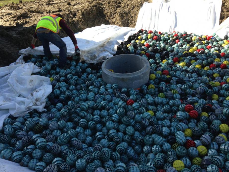 Un chantier de bassin de rétention avec les boules en plastique recyclé BOULBAC