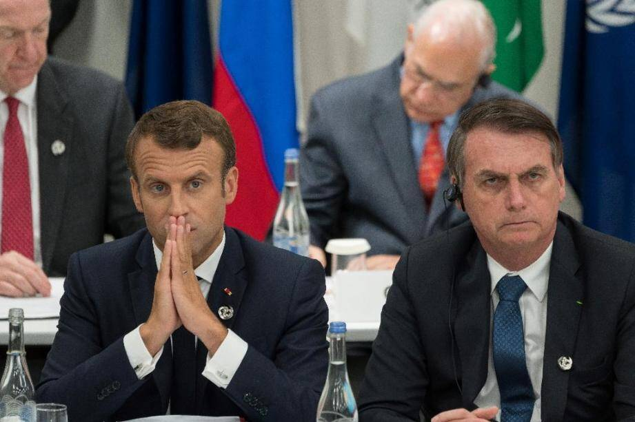 Les présidents français Emmanuel Macron (g) et brésilien Jair Bolsonaro, le 28 juin 2019 au sommet du G20 à Osaka, au Japon.