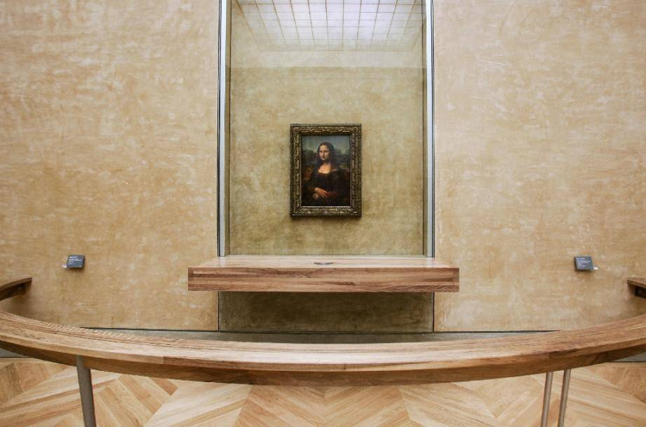 La Joconde exposée dans la Salle des Etats, au Louvre, en 2005