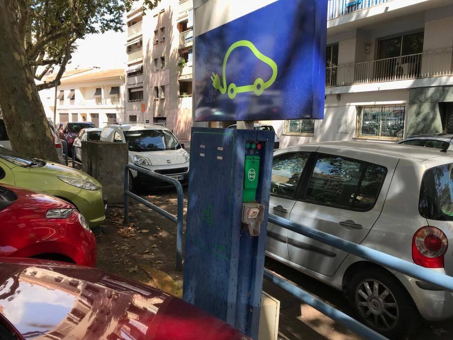 Illustration d'une borne de recharge pour véhicules électriques hors service.