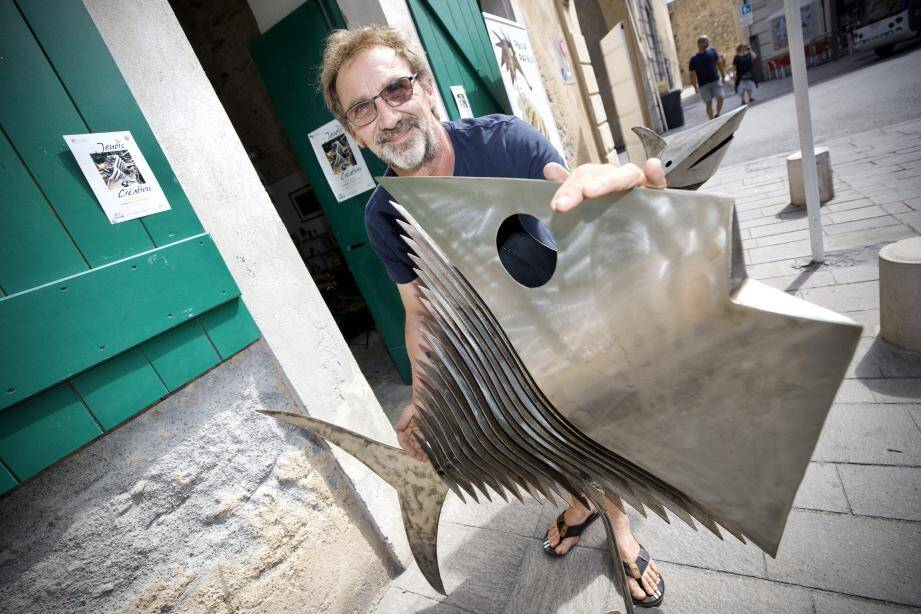 Le sculpteur Pascal Papalia avec sa créature marine.