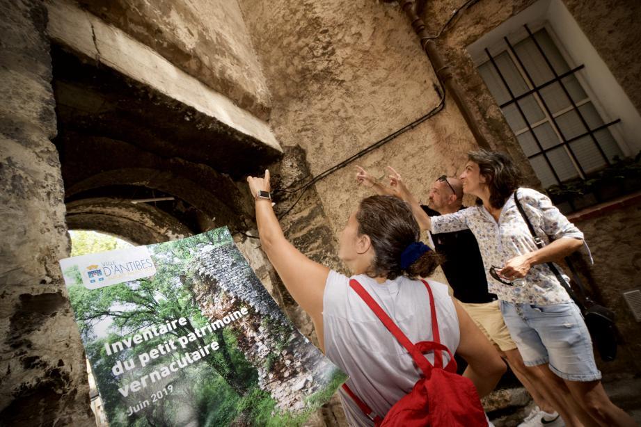 Discrète et émouvante, une inscription d'une mère à son fils, sur le linteau de la porte du Revely. L'une des premières proposition de «petit» patrimoine à protéger à Antibes.
