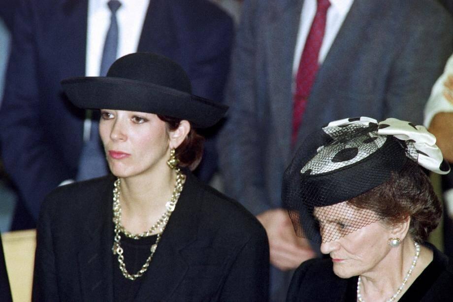 Ghislaine Maxwell (à gauche) à l'enterrement de son père, le magnat des médias britanniques Robert Maxwell, le 10 novembre 1991