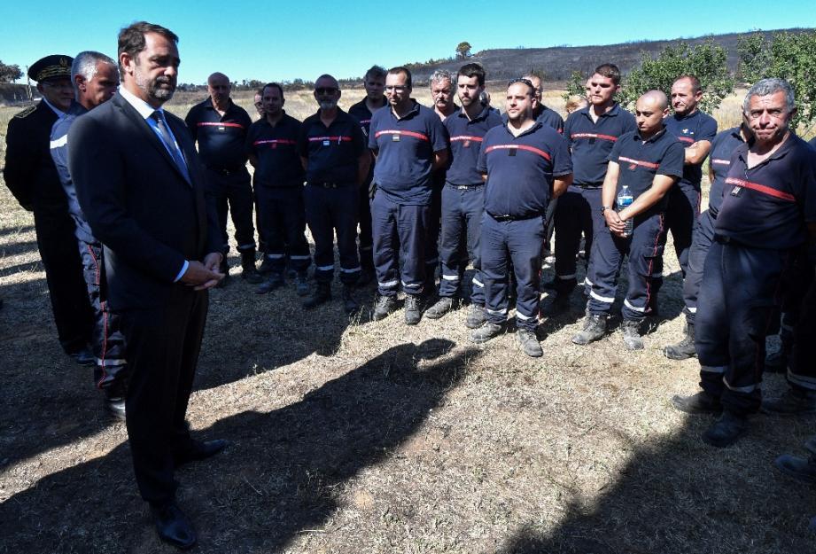 Le ministre de l'Intérieur  Christophe Castaner rencontre les pompiers mobilisés sur les incendies dans le Gard, le 3 août 2019 à Générac.