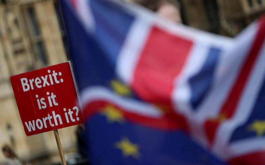 """Une pancarte demandant si le Brexit """"en vaut la peine"""" est brandie devant le Parlement britannique, le 10 septembre 2018 à Londres"""