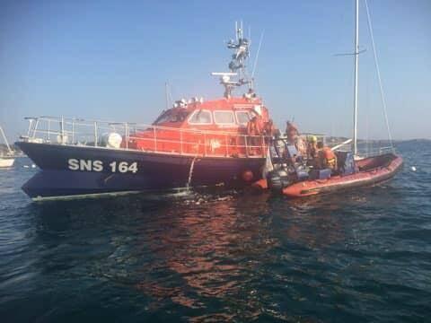 La vedette de la SNSM a remorqué l'embarcation jusqu'au port.