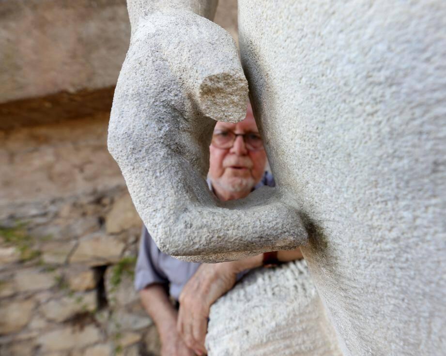 Orélio Conti montre les dégâts sur l'une de ses sculptures.