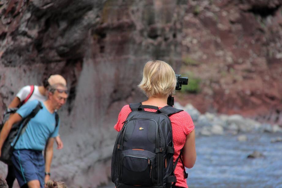 De dos, Céline Bernard, lors de tournage des vidéos pourle web-récit. En bas, à droite,la réalisatrice interviewe Stéphanie Larbouret, conservatrice de la réserve.