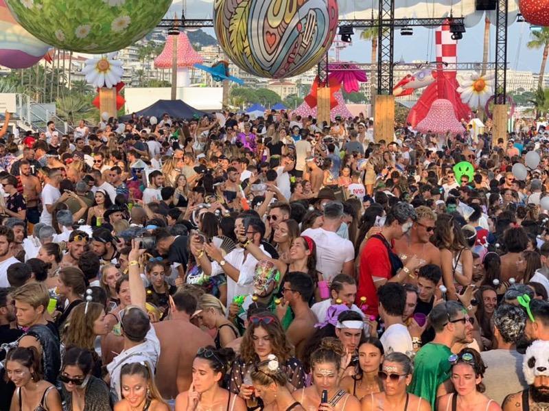 5.000 fêtards se sont réunis dimanche 25 août sur la terrasse du palais des festivals, à Cannes.