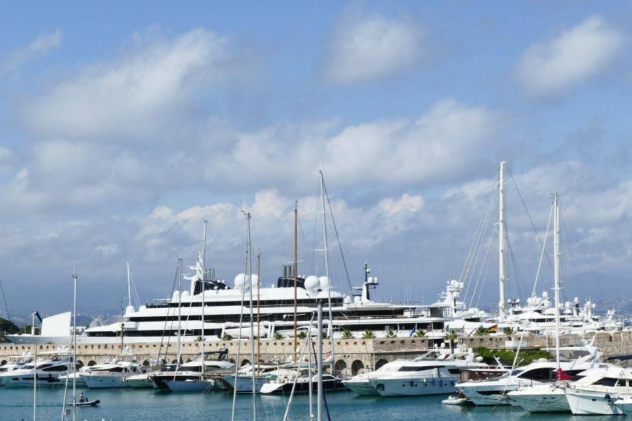 Le quatrième plus long yacht du monde (156 mètres) impose sa silhouette plusieurs mois par an sur la place principale du quai.