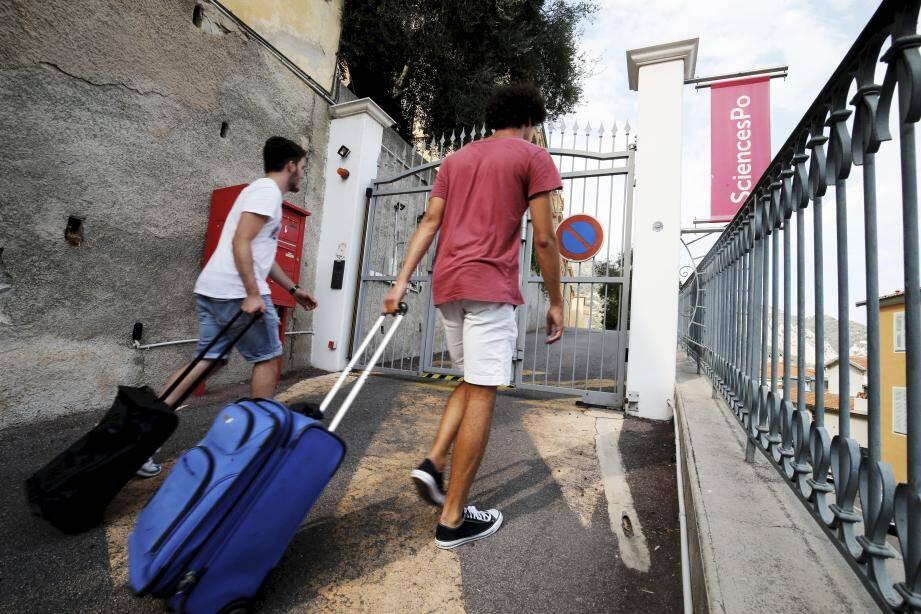 Face au manque d'offres de logements à coût modéré à Menton, les étudiants s'organisent, souvent en interne ou via les réseaux sociaux, Airbnb... pour trouver des solutions.