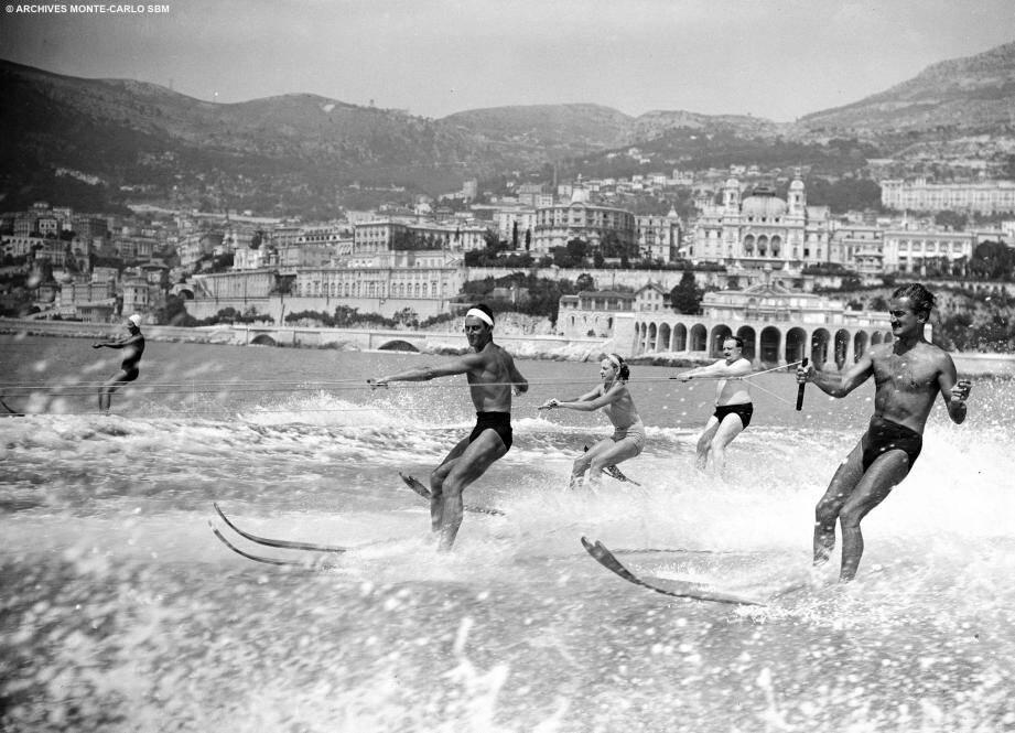 En 1937, les maillots rétrécissent et sont plus près du corps. Les activités nautiques se développent.