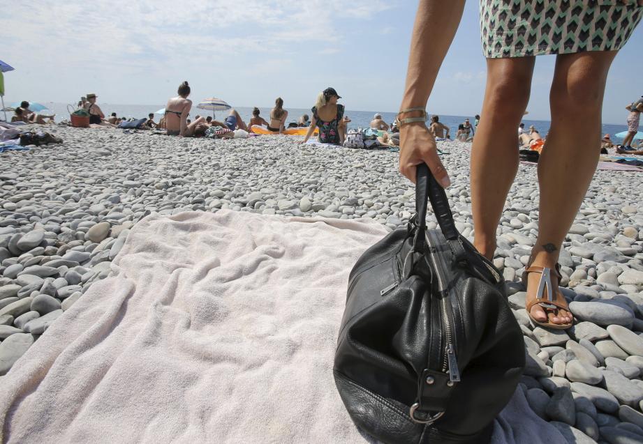 L'été est synonyme de touristes, de baignade mais aussi de plages qui peuvent devenir le terrain de chasse d'escrocs bien rodés…