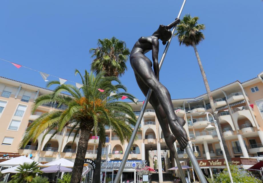 200 kilos, c'est environ le poids d'une sculpture monumentales de Nicolas Lavarenne. Qui, la veille de l'inauguration de son exposition, a travaillé de 6 h à 21 h pour disposer ses œuvres.