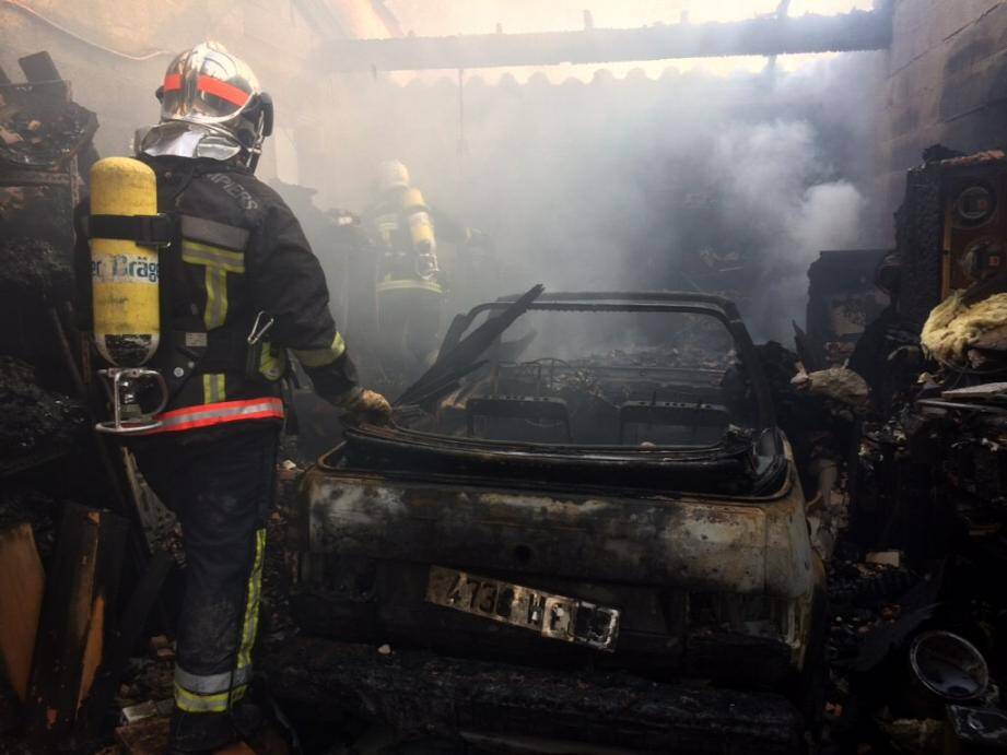 Une voiture a été détruite par les flammes dans le garage.