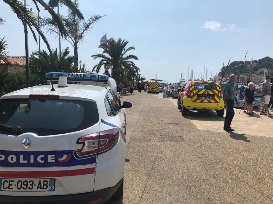 Le jeune homme a été transporté à l'hôpital par les pompiers.
