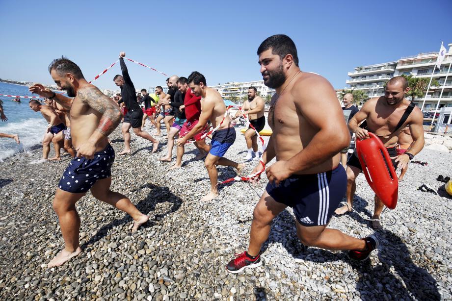 Entraînement physique des rugbymen du stade niçois avec les pompiers.