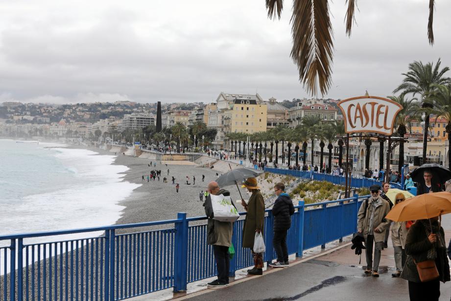 Vue de la promenade des Anglais sous les nuages, à Nice.