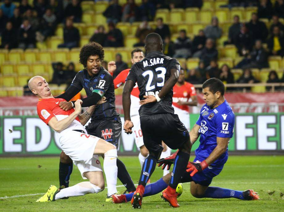 Walter Benitez, Malang Sarr et Dante face à l'AS Monaco.