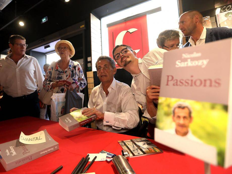 Il Avait Ete Accueilli Comme Une Star A Toulon Nicolas Sarkozy En Dedicace A Nice Ce Lundi Nice Matin