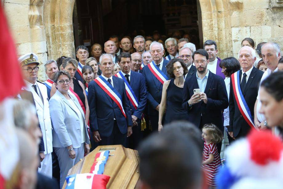 De nombreux maires se sont mobilisés pour rendre hommage à Jean Michel, maire de Signes, tué en voulant protéger sa commune.
